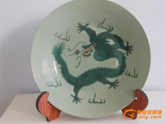 嘉庆豆青地五彩绿龙纹盘图1